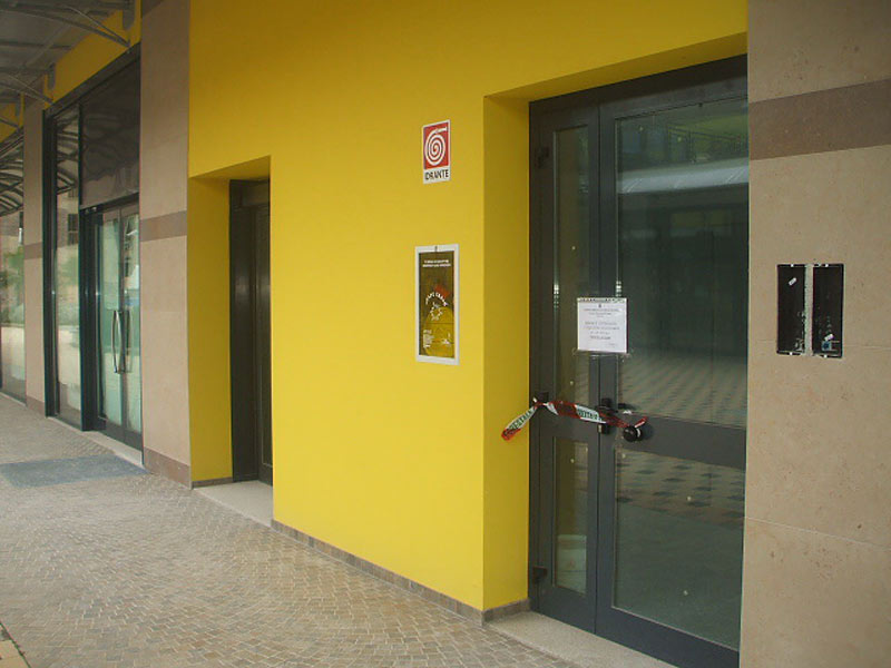 I sigilli del sequestro apposti dalla Forestale in alcuni immobili nel Centro Affari Il Grillo